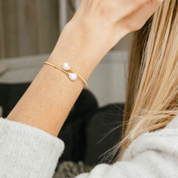 Aobei Pearl Boho Freswahter Nucleated Pearl Cuff Bracelet Gold Wire Bangle for Women Handmade June Birthstone Bracelet, ETS-B573