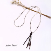 Aobei Pearl - Handmade Necklace made of Freshwater Pearl, Feather Alloy Accessory and Suede, Beaded Necklace, Pendant Necklace, Tassel Necklace, Pearl Necklace, ETS-S080